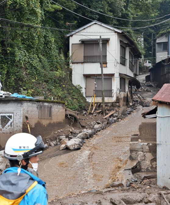 《【杏鑫娱乐登录地址】日本静冈县泥石流已致7死 因降雨坡陡搜救陷僵局(图)》