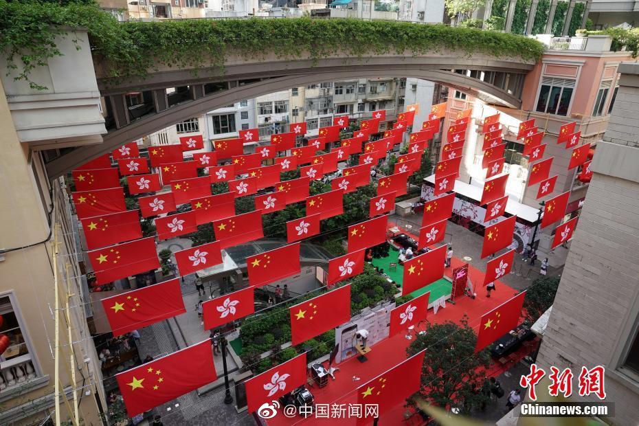 《国庆节将至 香港利东街首现壮观旗海》