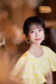 赵雅芝身着荷叶袖金色长裙 彰显优雅气质!