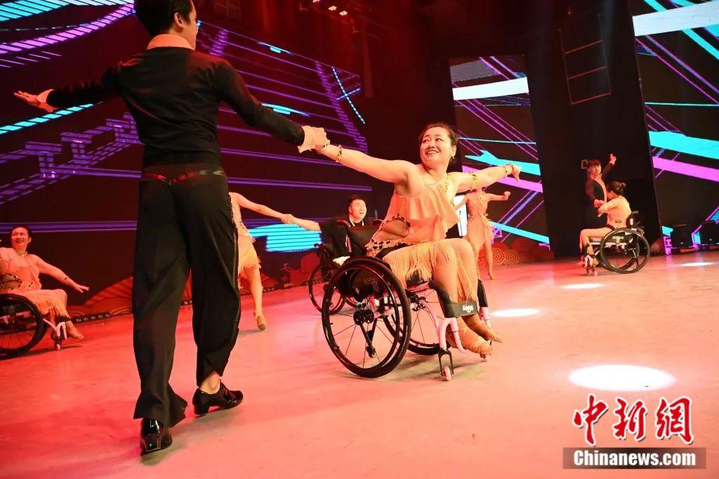 """@轮椅舞者,这是重获新生的""""高光时刻""""!"""