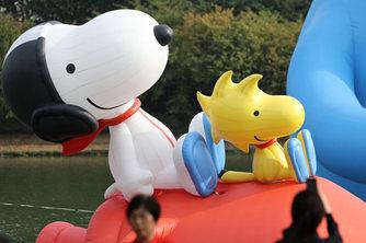 韩国展出卡通气球纪念人类登月50周年