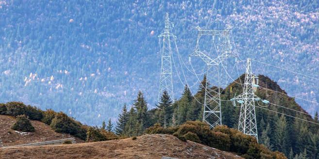 航拍四川阿坝州海拔3900米上的光伏电站总装机10万千瓦蔚为壮观