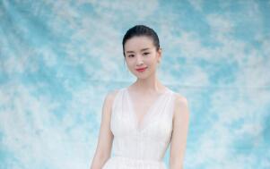 董洁优雅出席北京时装周 恬静造型如清风拂面