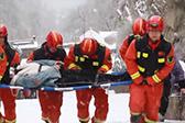 消防员泰山雪中营救游客
