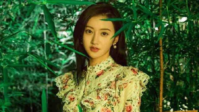景甜绿洲营业晒与绿植合影 穿碎花蕾丝长裙显气质优雅