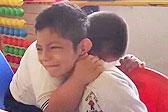 暖化了!墨西哥一唐氏综合征男孩拥抱患自闭症的同学