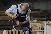 他从日本买回一万根木头