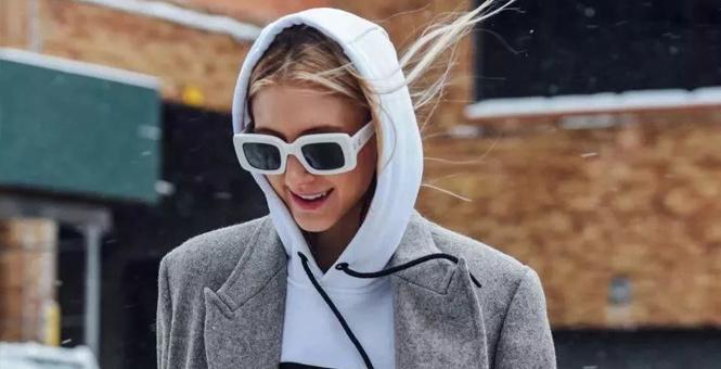 """懒女孩都爱的帽衫,为何她们穿就不是""""买菜Look""""?"""