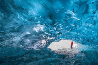 摄影师记录冰岛蓝色冰洞非凡变化
