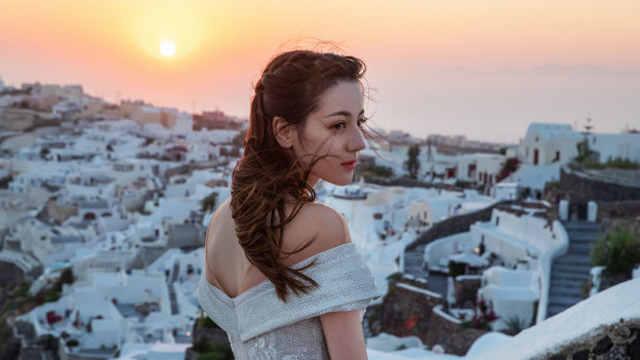 迪丽热巴同字肩婚纱绝美迷人 吊带蕾丝裙身材凹凸有与