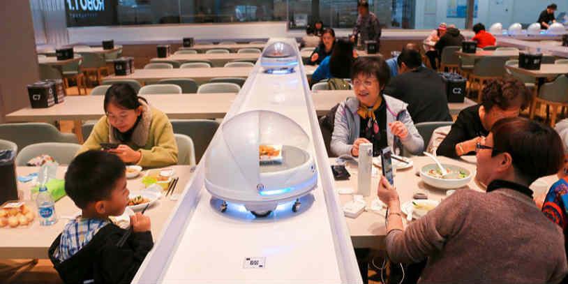 """上海:盒马机器人餐厅吸引""""吃货"""""""