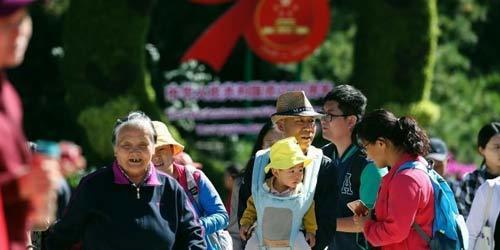 市民在北京八大处公园国庆游园会参观游览