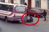 乌克兰一辆公交车急转弯女子被甩出