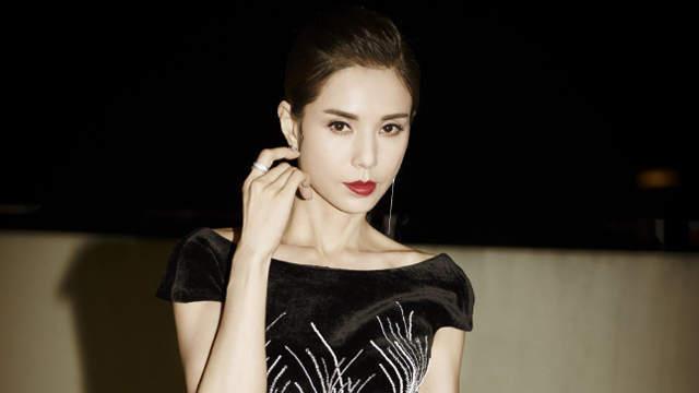 李若彤黑色修身禮裙大秀美背 發型精致盡顯優雅氣質