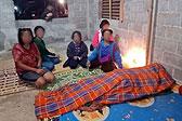 泰国一父亲把家里仅剩的被子给女儿 自己被冻死