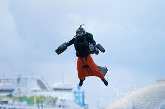 英男子发明喷气式飞行服 飞行时速达137公里