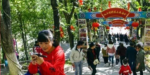 乌鲁木齐秋高气爽 民众公园享受假日时光