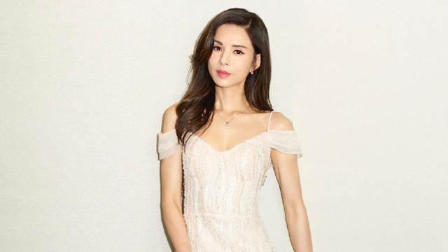 李若茜穿米色吊带裙秀香肩锁骨 一颦一笑撩动人心