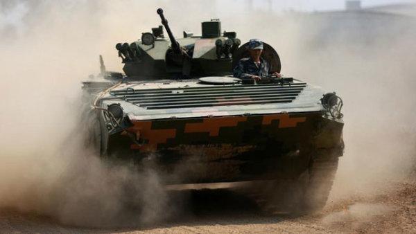 装甲车驾驶训练:飞沙漫天 驰骋如电