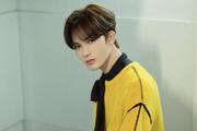 朱正廷穿黃毛衣搭黑絲帶俊朗帥氣