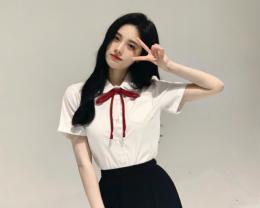鞠婧祎学生装扮俏丽可爱 白衬衫搭百褶裙卷发披肩超清纯