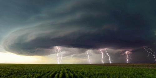 残酷与魅力!摄影师冒险拍摄美国极端天气