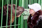 俄动物治理员遭熊袭击被截肢 反为熊求情