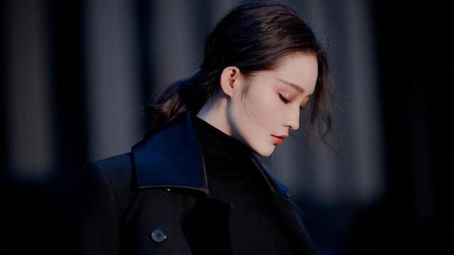 李沁穿黑色大衣立衣领气场强 眼神凌冽如同冰山美人