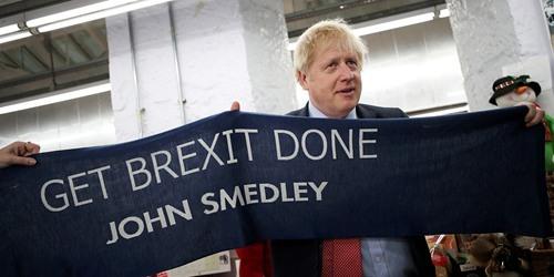 """英国首相约翰逊访问针织企业 获赠""""脱欧围巾"""""""