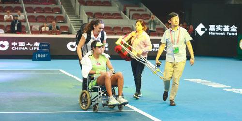 中网王蔷伤退坐轮椅离场 对手都心疼她