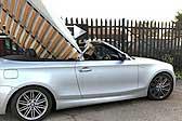 英国一跑车司机将双人床竖在敞篷?#23707;?#24231;行驶