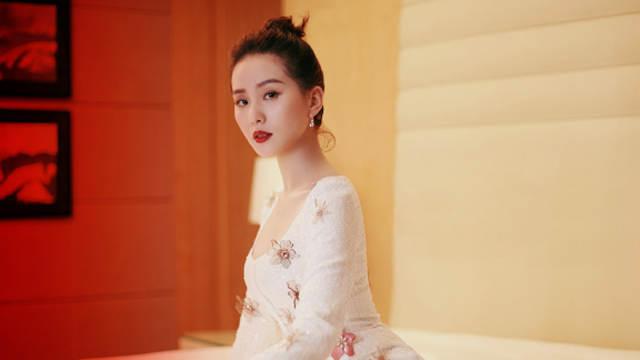 刘诗诗扎丸子头露天鹅颈显风姿 穿过花朵裙似天女下凡