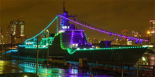 太原舰停靠东京夜间点亮装饰灯光超亮眼