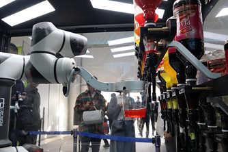 调酒师机器人亮相韩国