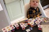 英三岁女童十分钟吃18盒酸奶 憨态可掬惹人爱