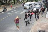 滑稽!游客与餐厅起冲突被全餐厅人在街上追着打