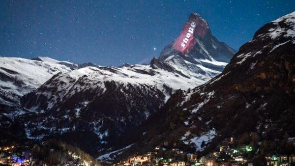 阿尔卑斯山巨大条幅呼吁民众居家隔离
