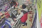 英国一店主遇抢劫平静询问:还要啥?