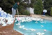 """网红做实验""""十万张纸巾吸干游泳池水"""" 被批浪费"""