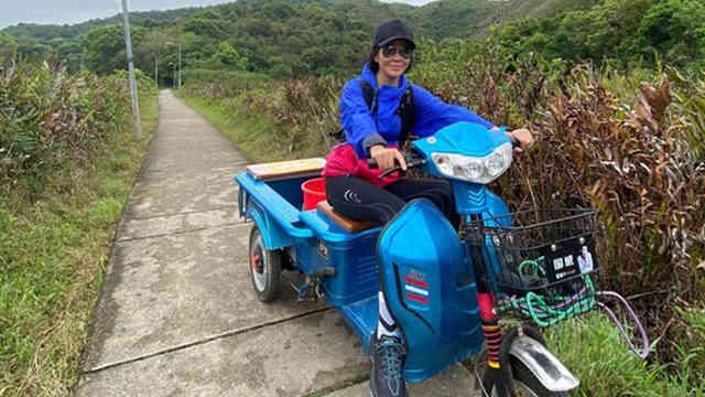 刘嘉玲和友人出游享受美好春日 骑三轮车很接地气