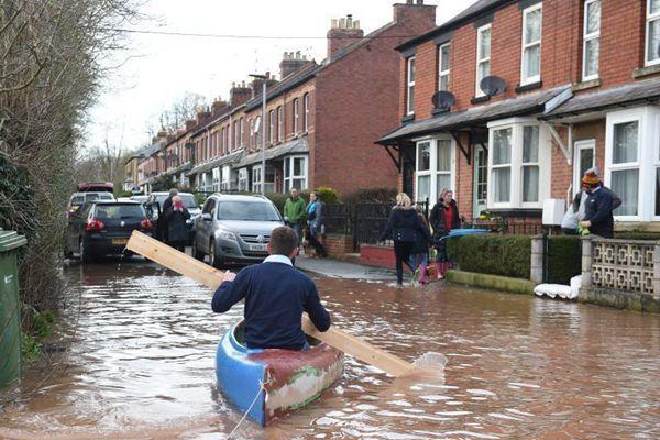 """风暴""""丹尼斯""""重创英国多地街道被淹?民众滑船出行"""