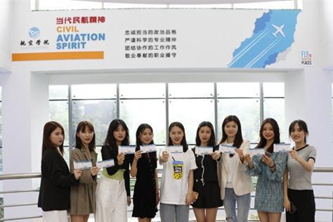 """高校航空学院为毕业生发""""飞机餐礼盒"""""""