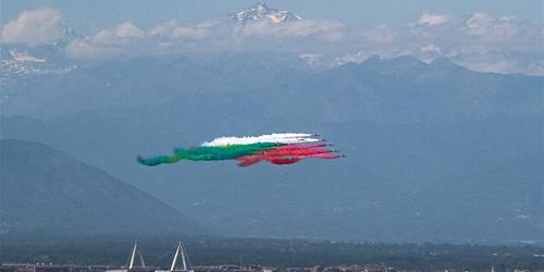 """意大利""""三色箭""""飞行表演队举行飞行表演"""