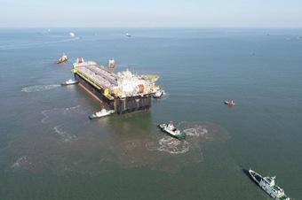超大型浮式生产储卸油装置在山东烟台起运