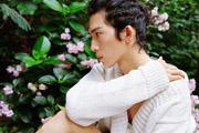 井柏然日系写真演绎花儿与少年 慵懒随性别有魅力