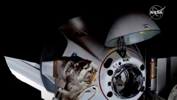 """美国""""龙""""飞船与空间站对接"""