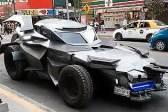 """墨西哥男子扮成蝙蝠侠驾驶""""战车""""劝居民回家"""