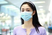 周洁琼穿香芋紫短T现身机场 温婉妩媚小秀性感