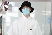 刘昊然示范校园风穿搭 白衬衫渔夫帽满满夏日气息