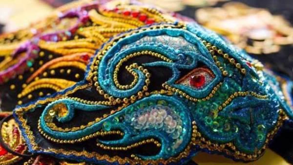 秘鲁艺术家缝制口罩 精美如艺术品
